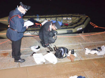 Carabinieri mentre ispezionano il natante