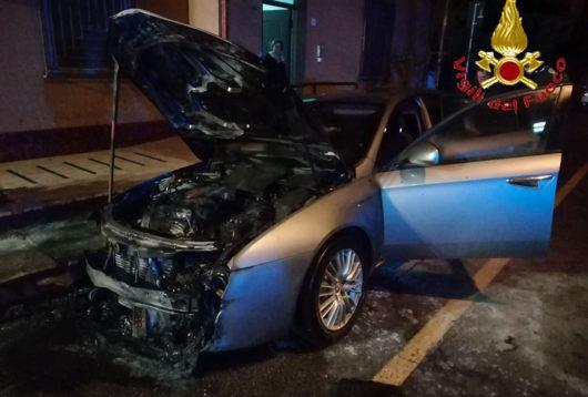 L'Alfa Romeo data alle fiamme a Tortolì