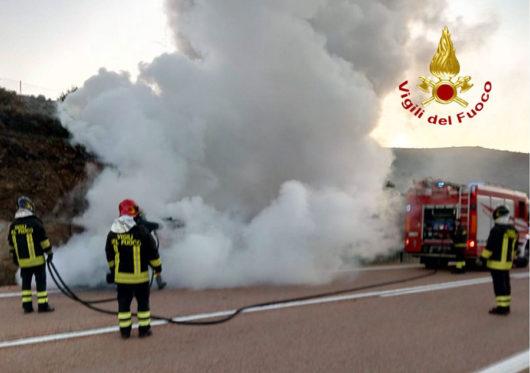 L'auto andata a fuoco sulla Statale 389