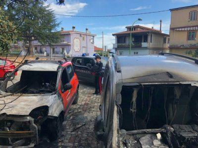 Le due auto distrutte dalle fiamme