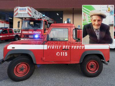 Vigili del fuoco e, nel riquadro, Gino Serra