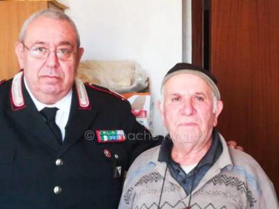 L'85enne Cesare Carta con il luogotenente dei Carabinieri Basile