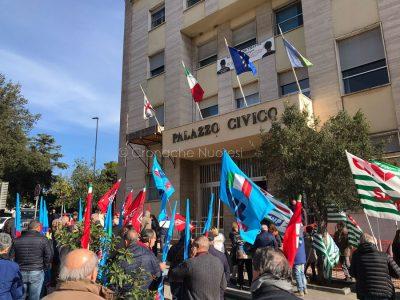 Manifestazione davanti al Municipio per le pensioni (f. S. LItarru)