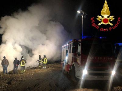 Vigili del fuoco impegnati nello spegnere le fiamme