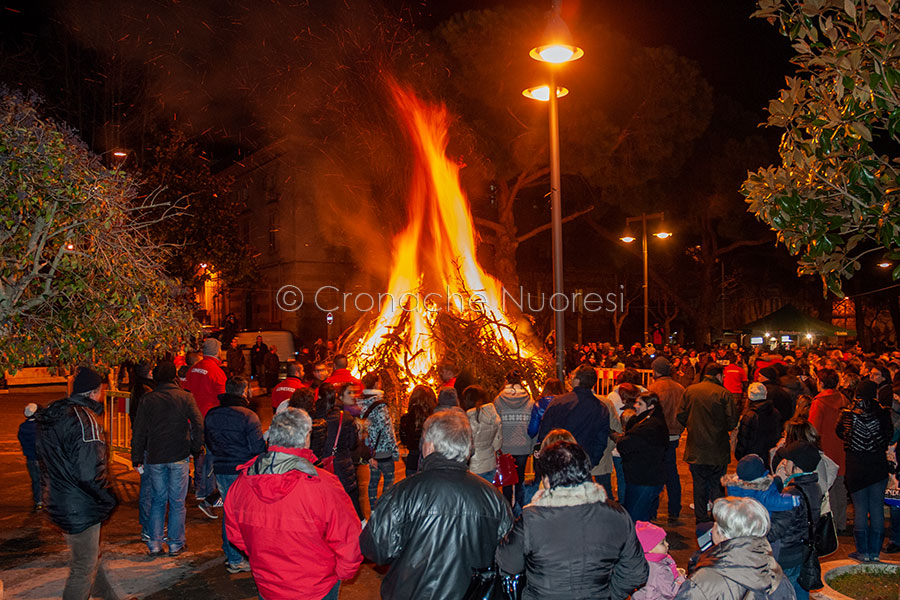 Il fuoco di Sant'Antonio ai Giardini di pizza V.Emanuele (foto S.Novellu)