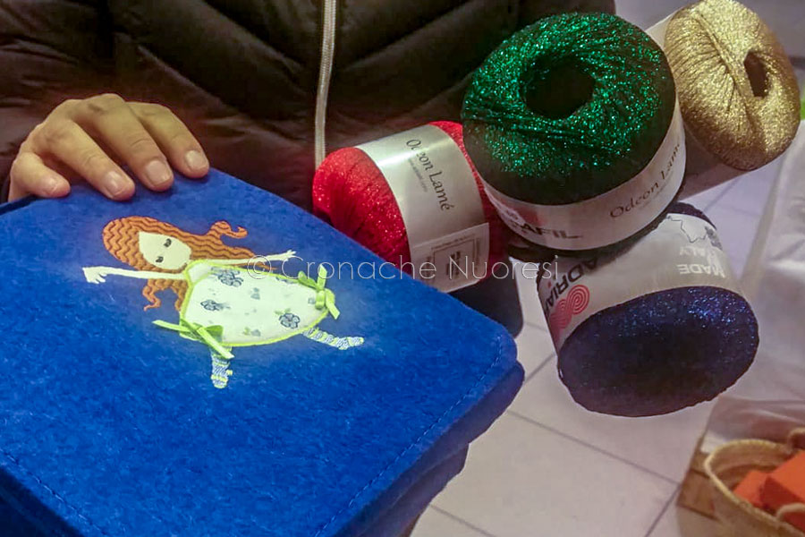 Ricami e filati di Antica Bottega Creativa (foto Cronache Nuoresi)