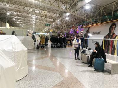 I passeggeri fatti scendere dall'aereo che ha avuto il guasto