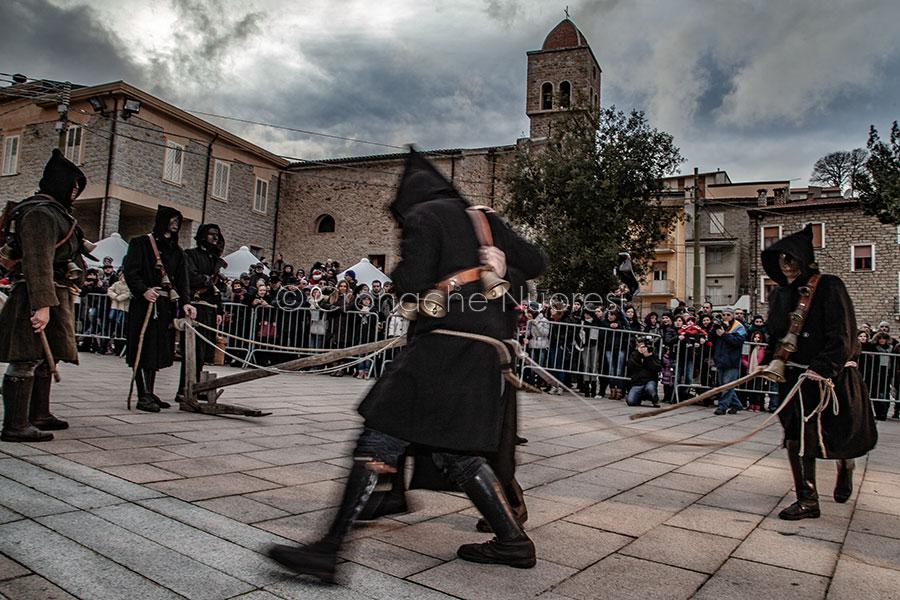 Esibizione dei Thurpos di Orotelli a Ollolai (© foto S.Novellu)