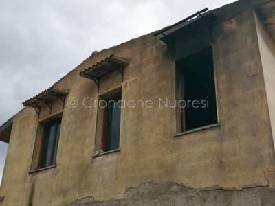 L'abitazione danneggiata di Valerio Ecca dalle fiamme a Villagrande Strisaili