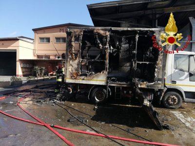 Uno degli automezzi di Milia distrutti dal rogo