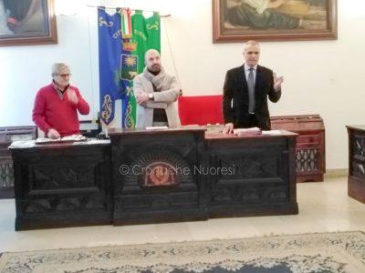 Da sinistra l'artista Longu, Il vice sindaco cocco e l'avvocato Antonio Costa