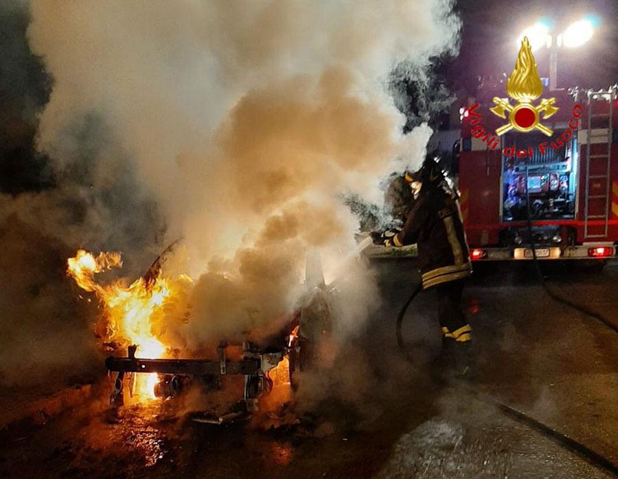 L'auto data alle fiamme a Irgoli