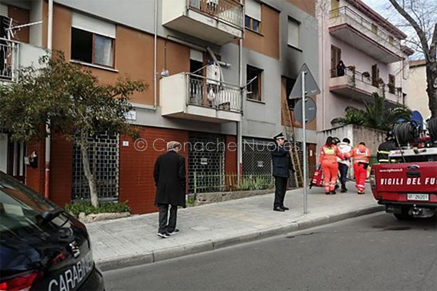 Le Forze dell'ordine sul luogo dell'incendio (foto Cronache Nuoresi)