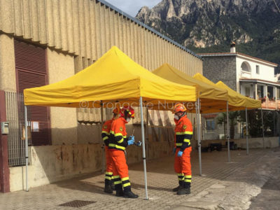 L'installazione dei gazebo davanti alle Poste di Oliena