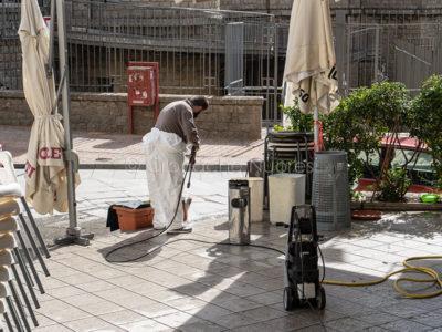 Nuoro, sanificazione degli arredi in un bar del centro (© foto S.Novellu)