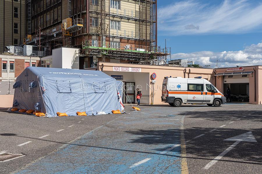 Nuoro. Una delle tende per l'emergenza Coronavirus al San Francesco (foto S.Novellu)
