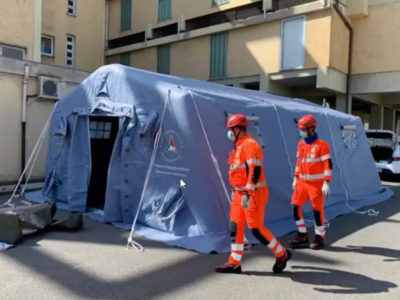 Una tenda pre-triage davanti a un ospedale sardo