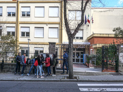 Studenti davanti all'Istituto Fermi di Nuoro (foto S.Novellu)