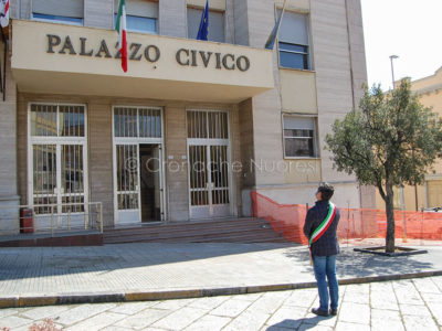 Il sindaco Soddu rispetta un minuto di silenzio davanti al Comune di Nuoro