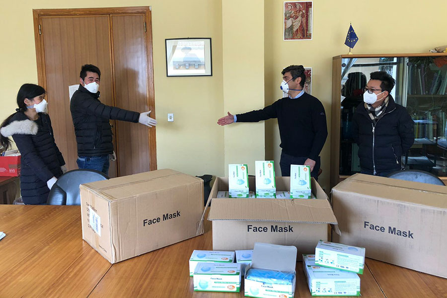 Un momento della consegna delle mascherine