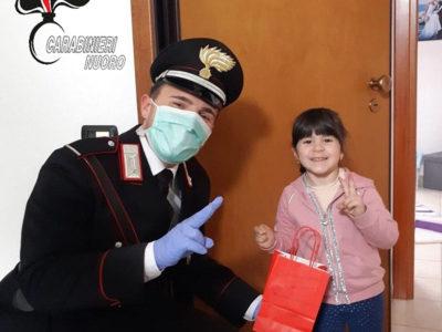 Carabinieri con i doni per gli studenti