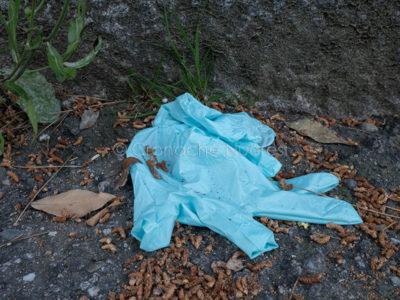 Coronavirus. Guanti protettivi gettati in strada a Nuoro (foto S.Novellu)