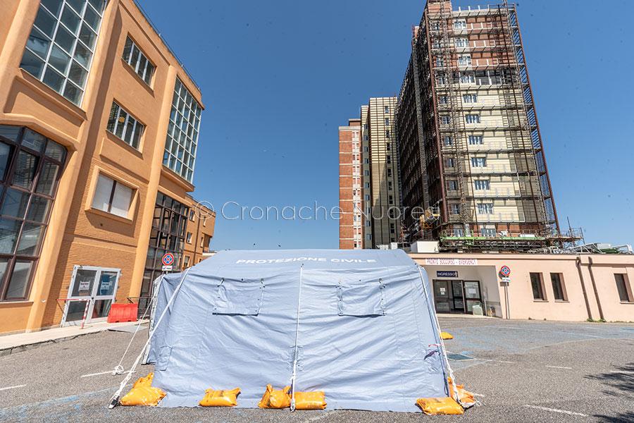 Coronavirus. Una delle tende per il pre triage al San Francesco (foto S.Novellu)
