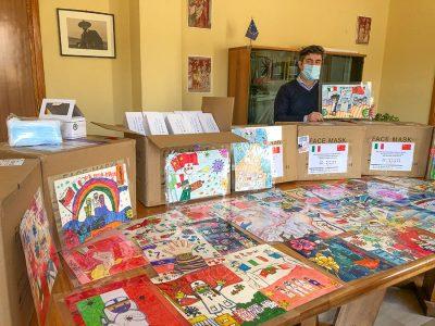 Il sindaco di Nuoro Anddrea Soddu coi doni della multinazionale cinese
