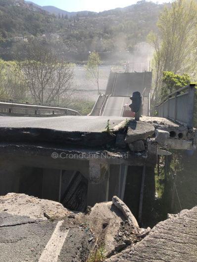 Il ponte crollato a Massa Carrara