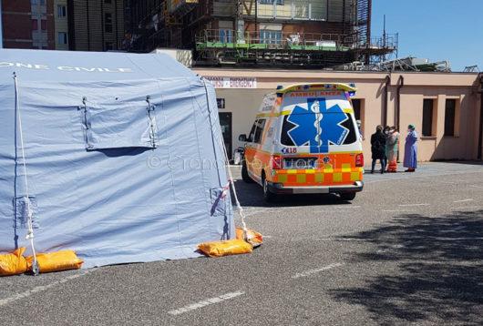 L'ambulanza del 118 davanti al pre-triage del San Francesco (© foto Cronache Nuoresi)