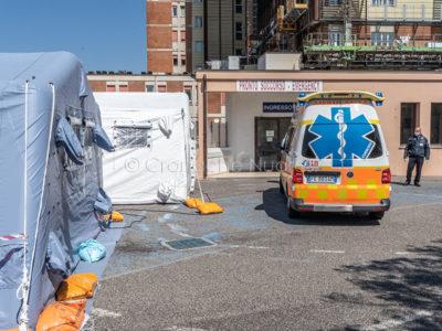 L'arrivo di un'ambulanza al San Francesco di Nuoro (foto S.Novellu)
