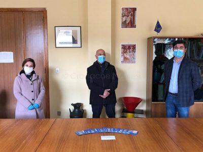 Maria Paola Selis e Gianfranco Frau donano schede prepagate di un supermercato