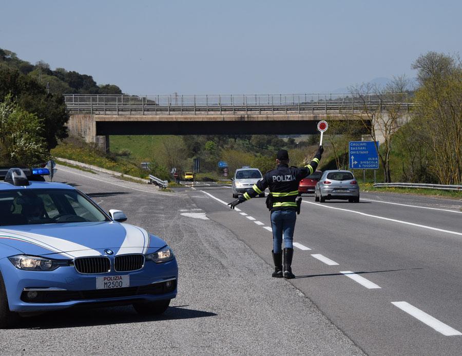 Ubriachi al volante a zig zag e in contromano sulla 131: scattano due arresti per minacce contro la Polizia