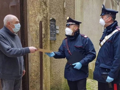 La consegna della pensione a domicilio da parte dei Carabinieri