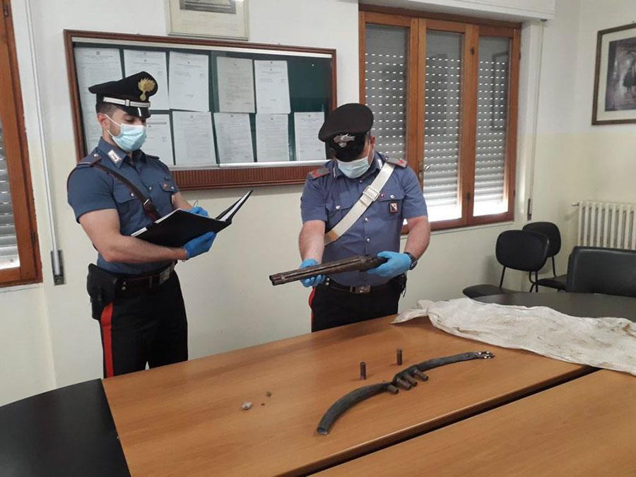 Doppietta e munizioni illegali nascosti nell'ovile: 55 enne arrestato – VIDEO
