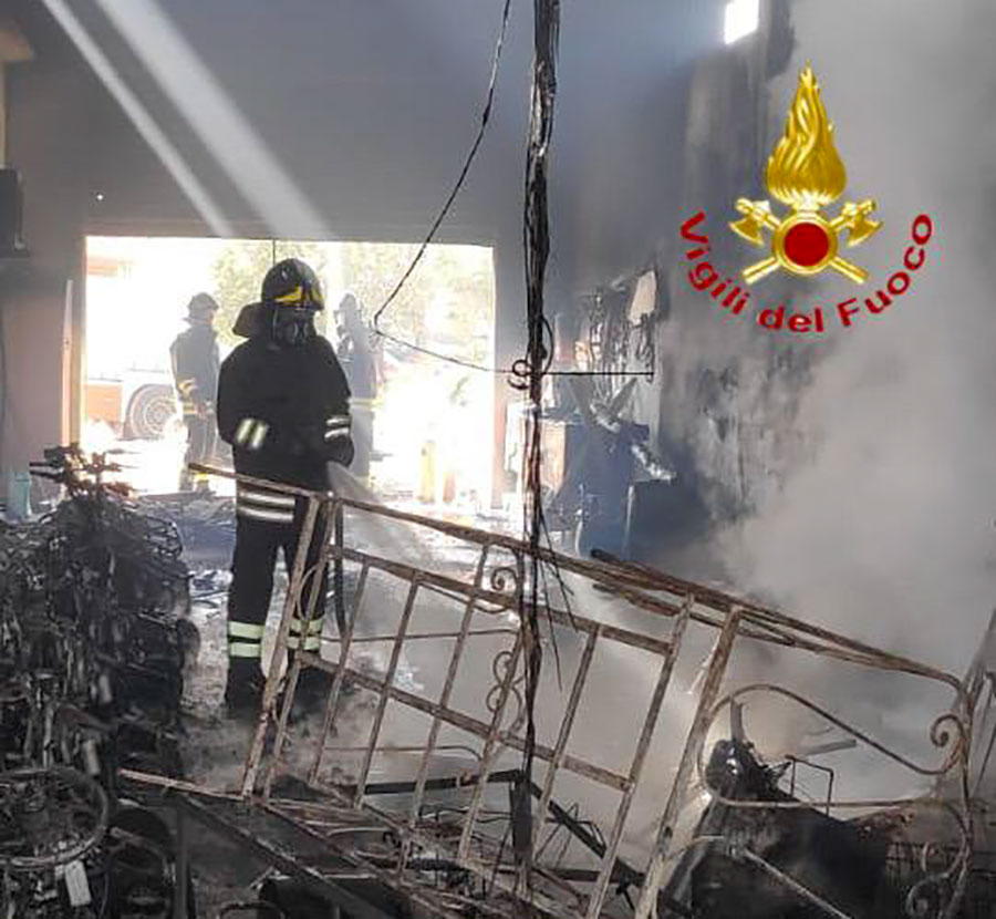 I Vigili del fuoco al lavoro dopo l'incendio