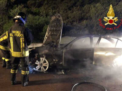 I resti dell'auto dopo l'incendio