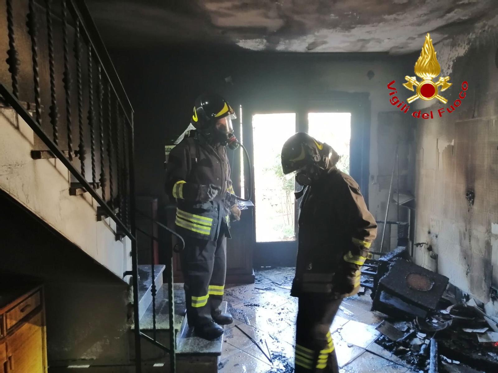 L'ingresso dell'abitazione andata a fuoco