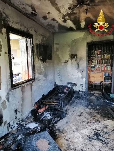L'interno del soggiorno dopo l'incendio