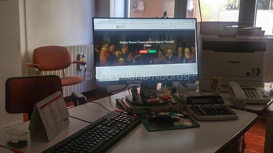 Lo studio di un commercialista (foto Cronache Nuoresi)