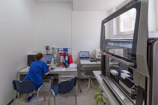 Nuoro, reparto Covid-19, il laboratorio di biologia molecolare (© foto S.Novellu)