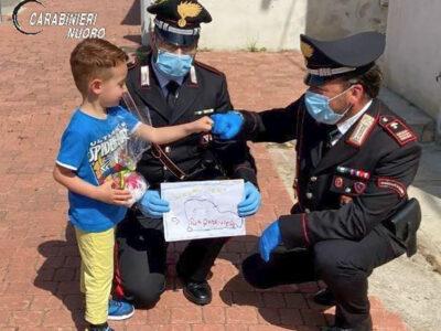 Scambio di doni tra bimbi e Carabinieri di Budoni
