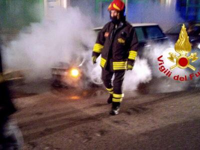 I Vigili del Fuoco impegnati nello spegnimento di un incendio di un'auto