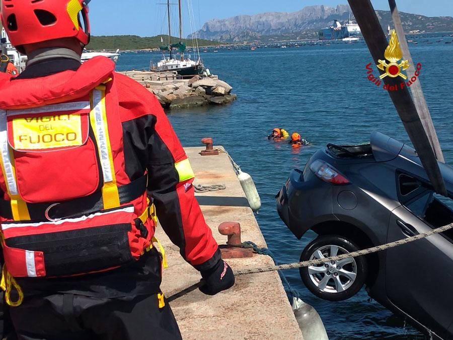 L'auto finita in acqua