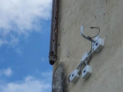 I resti delle telecamere di sicurezza distrutte a Orgosolo