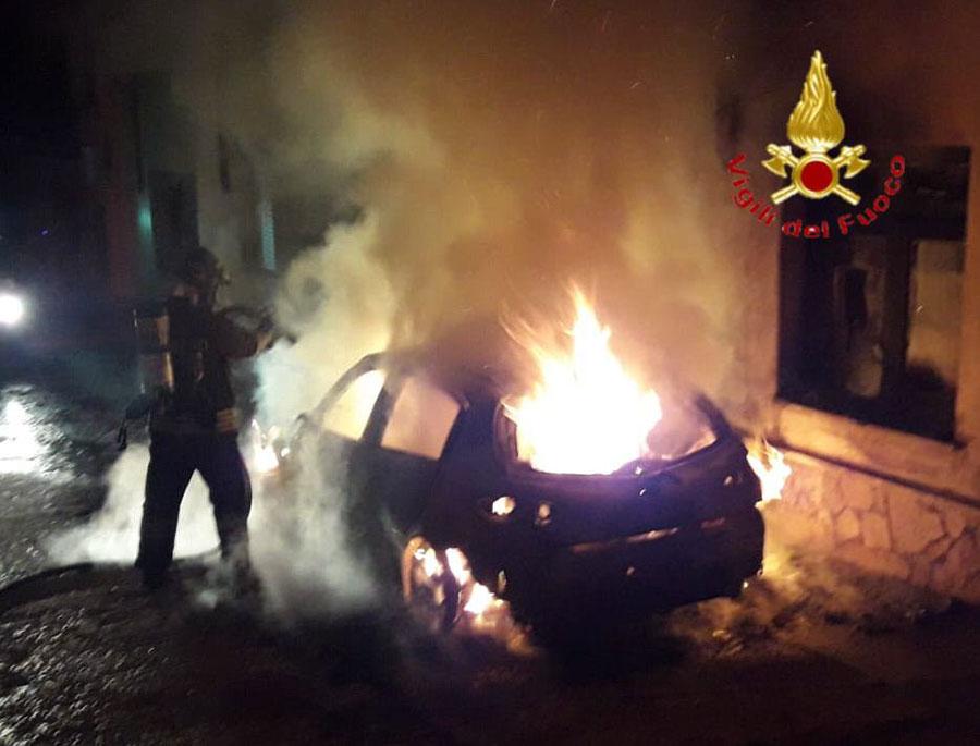 Litiga con la proprietaria di un bar e le incendia la macchina: distrutta anche un'auto parcheggiata vicino