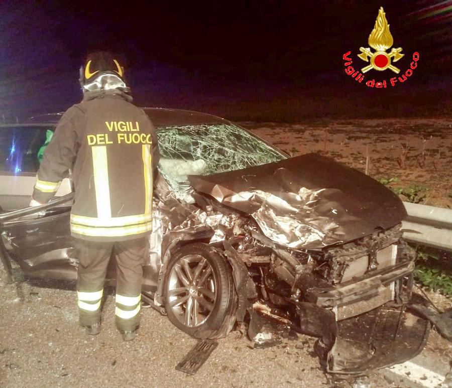 L'auto dopo l'impatto con il furgone