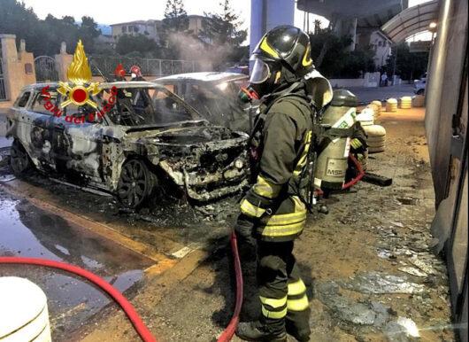 Le due auto distrutte dal fuoco a Olbia