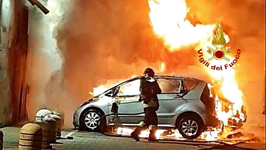 Una delle due auto distrutte dal fuoco a Olbia