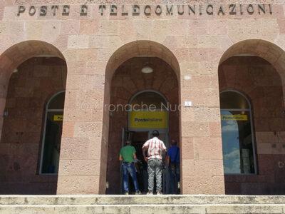 Coda fuori dall'Ufficio postale di piazza Crispi (foto S.Novellu)